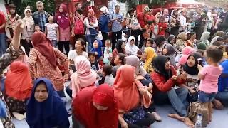 Warga Cirebon Cetak Rekor Dunia Makan Nasi Lengko Terbanyak di Jalan Siliwangi