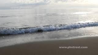 夏の波打ち際