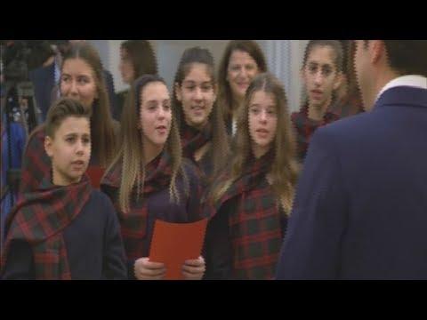 Μαθητές είπαν τα κάλαντα της Χίου στον πρωθυπουργό