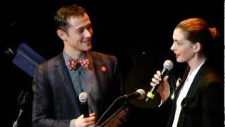 Anne Hathaway + Joseph Gordon Levitt sing together LIVE HD