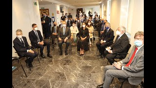 SS.MM. los Reyes guardan un minuto de silencio durante su visita al Centro Memorial Vícitmas del Terrorismo