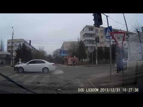 В Крыму водитель  снес столб (видео)