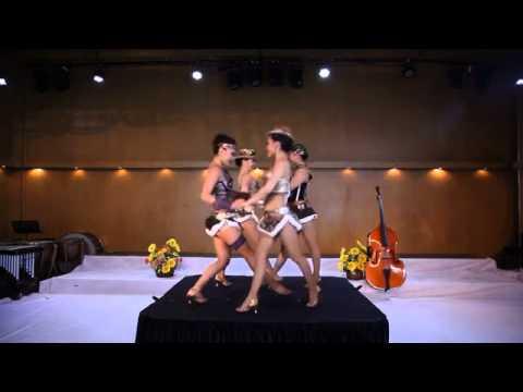 להקת רקדניות במופע המשלב קברט ואקרובטיקה מזרח אסייתית במיטבה