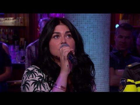Roxeanne Hazes zingt eerste solosingle akoestisch - RTL LATE NIGHT