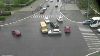 В Оренбурге в объектив камер видеонаблюдения попало двойное ДТП на проспекте Победы