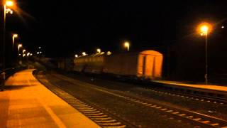 preview picture of video '[ČD Cargo] Eastbound freight train passing through Praha-Kyje station at night.'