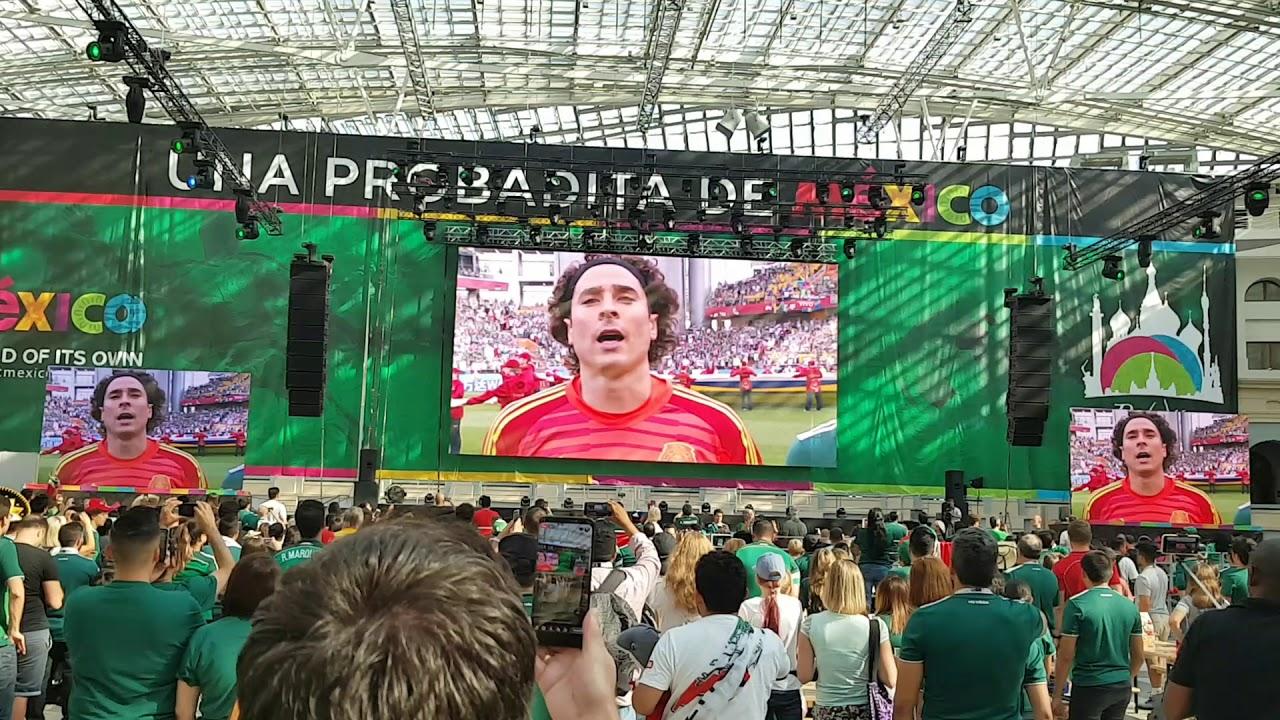 Мексиканские болельщики поют гимн
