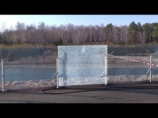 Сломанные стеклянные ограждения и граффити