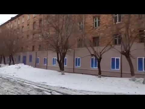 В Красноярске к Универсиаде закрыли баннером одно из старых общежитий, перекрыв в него вход. Негоже