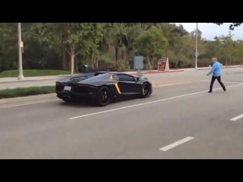 Wkurzony dziadek atakuje kierowcę Lamborghini! Hałasowali mu pod oknami i go poniosło!