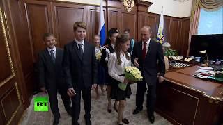 Путин показал школьникам свой рабочий кабинет в Кремле