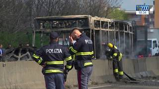 Milano, dirotta bus di ragazzi e gli dà fuoco. Strage sfiorata