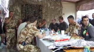 militar canta in irak muzica de petrecere