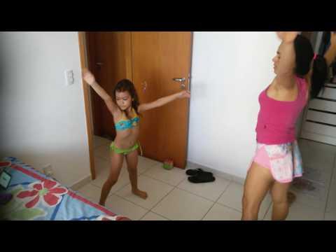 Quase descendo pra piscina Nicolle vê Carlinha fazendo ginástica e decide acompanhar.Duas graciosas.
