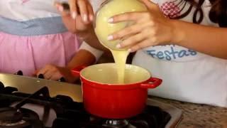 Neste vídeo vamos conhecer a receita e aprender como fazer, passo a passo, um delicioso bolo no pote. Esse doce está fazendo o maior sucesso nas festinhas! A montagem é feita em camadas, dentro de potinhos transparentes fazendo com que todos os elementos da receita fiquem aparentes.  Super legal né? Gostou??? Dê like!!!  www.facebook.com/amofestas  Apoio: https://www.facebook.com/BuffetPriscilaFigueiredo http://www.viladochef.com.br/