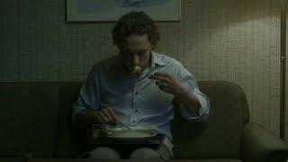 小伙死后来到地狱,发现这里很平静,只是吃的食物不对劲