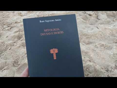 Lendo o Livro Mitologia Deusas e Heróis em Búzios.