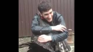 Индюк обнимается с парнем