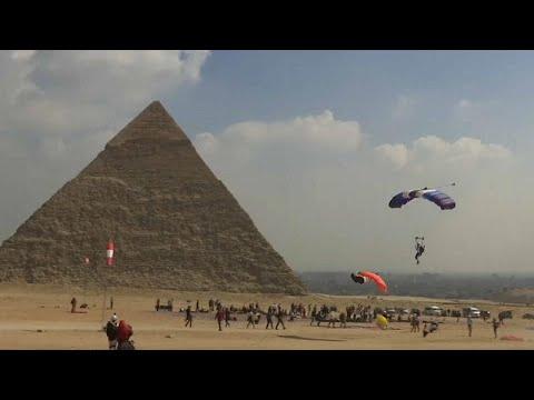 العرب اليوم - شاهد: 150 مغامرًا من 32 دولة يقفزون بالمظلات فوق الأهرامات