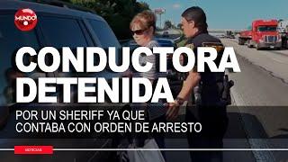 Conductora con orden de arresto es detenida por un Sheriff