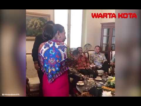 Pose Nyentrik Menteri Susi Saat Berpose Foto di Depan para Menteri