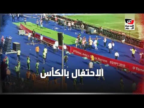 لاعبي الجزائر يحتفلون بكأس الأمم مع جماهيرهم عقب الفوز على السنغال