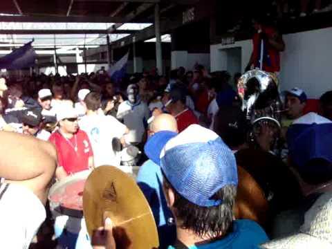 """""""La banda del Mumo en el Vertedero / dale dale ohh / 17/10/2010"""" Barra: Los Cruzados • Club: Universidad Católica"""