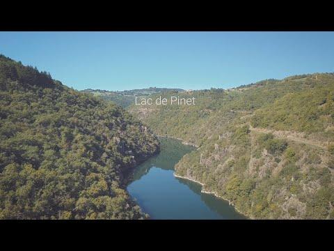 Présentation de la retenue de Pinet, sur la rivière Tarn, en Aveyron, des paysages des Raspes du Tarn, des mises à l'eau, des sites de pêche de la carpe de nuit, du parcours de pêche pour les familles et de la pêche des carnassiers aux leurres en bateau.,