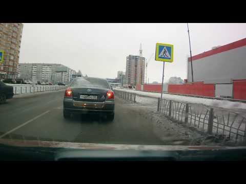 Mercedes сбил двух пешеходов в Омске