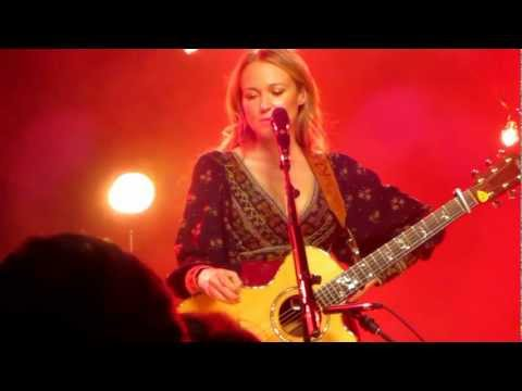 "Jewel Sings ""Hands,"" Discusses Song's Origin, Collaborating with Kelly Clarkson"