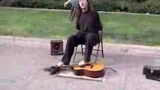 Смотреть онлайн Человек без рук играет ногами на гитаре