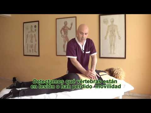 Presionando el dolor en la espalda y el cuello