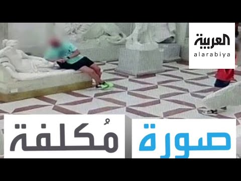 العرب اليوم - شاهد سائح يتلف تمثال إيطالي عمره 200 عام بسبب صورة