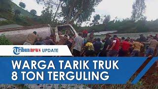 Viral Video Warga Ramai-ramai Tarik Truk 8 Ton Terguling di Karanganyar, Begini Kisahnya