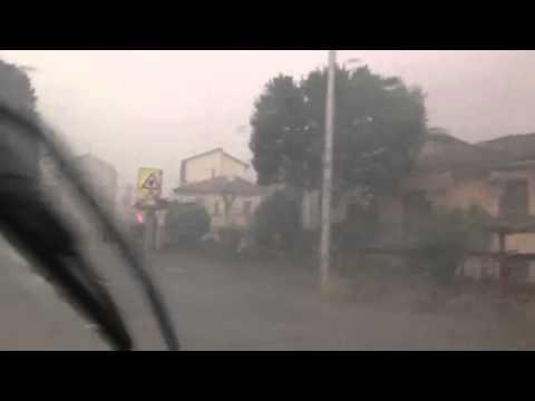 Grandine sulla strada tra Gazzada e Varese