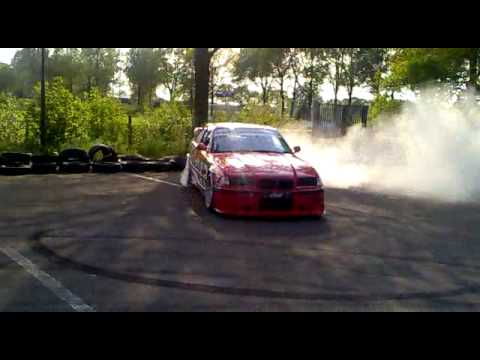 BMW driftshow op circuit de Oude Kamp in Gassel