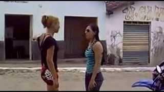 Смотреть онлайн Неожиданная разборка двух девушек на улице