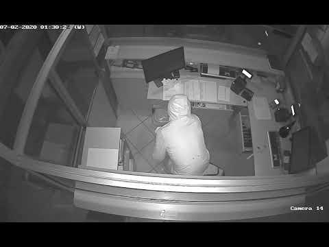 Wideo1: Włamał się na pływalnię i ukradł pieniądze