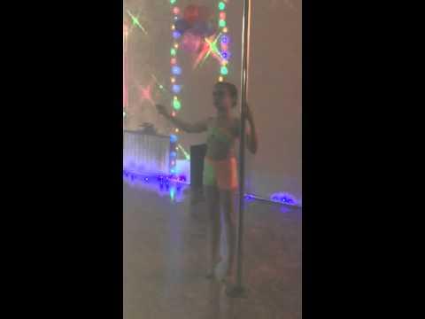 Девочка нереально танцует на пилоне(ей 13 лет)