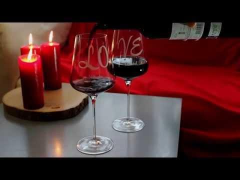 Zwei Weingläser mit Schriftzug Love