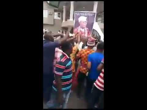 Orji Uzor Kalu Mobbed in Ihechiowa....