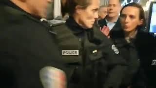 Francuscy policjanci zdejmują kaski i nie chcą walczyć z protestującymi. Gdyby nasza policja miała tyle odwagi.