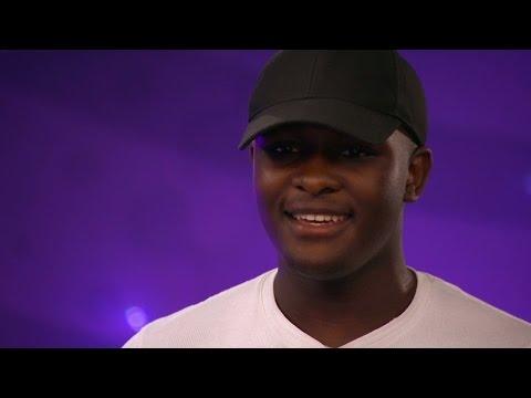 15-åringens historie rører den svenske juryen. Så begynner han å synge...
