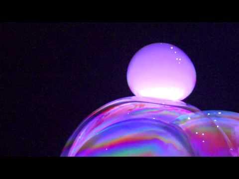 Você até conhece bolhas de sabão, mas não como estas!