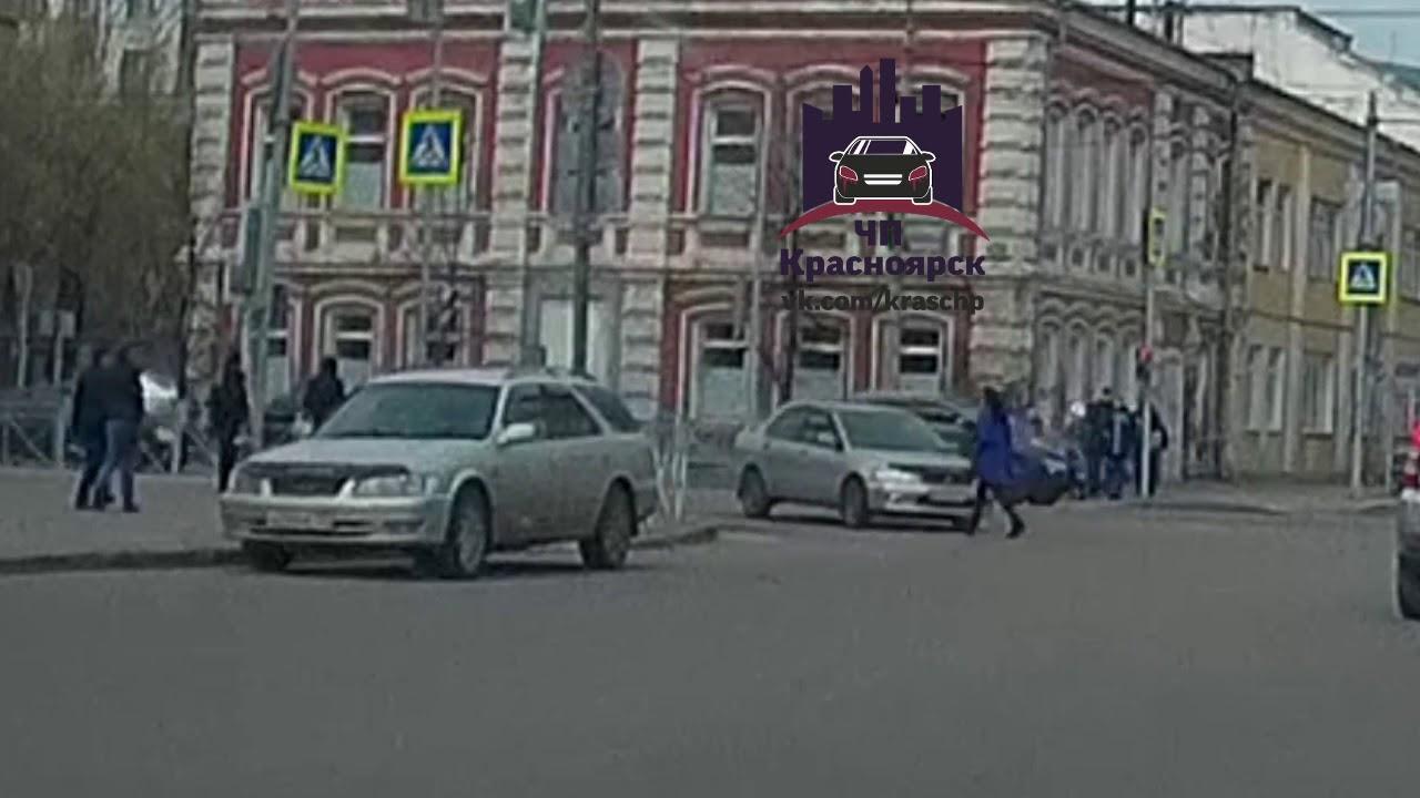 Mitsubishi Lancer жестко сбил девушку, у которой от удара слетела обувь