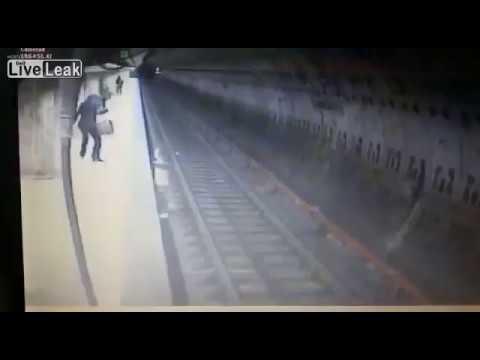 Mujer empujada al subte