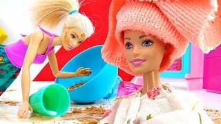 Барби готовит торт и моет голову. Видео для девочек