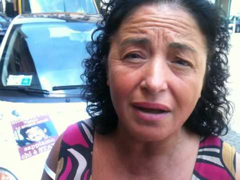Luvia Uva protesta con una macchina piena di scritte