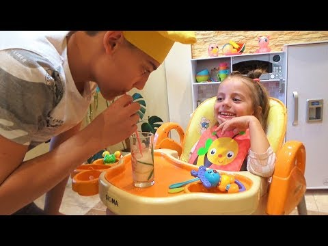 КАПРИЗНЫЙ малыш ГОТОВИМ и КОРМИМ на кухне для детей Kids Children играем в кафе видео