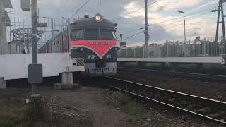 ЭР2К 901 «ЮНОСТЬ» сообщением ОРАНИЕНБАУМ-1—СПБ-БАЛТ.На станции ЛИГОВО.на пути 2 на платформе 2А.